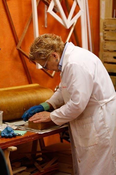 Alumna en el curso de restauración de muebles de Taller Estuco
